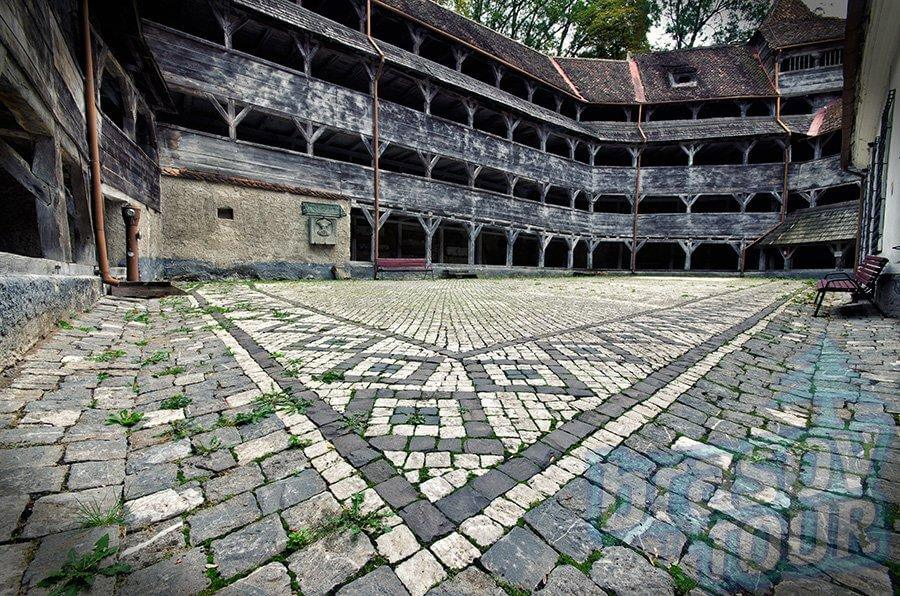 bastionul-tesatorilor-interior-curte